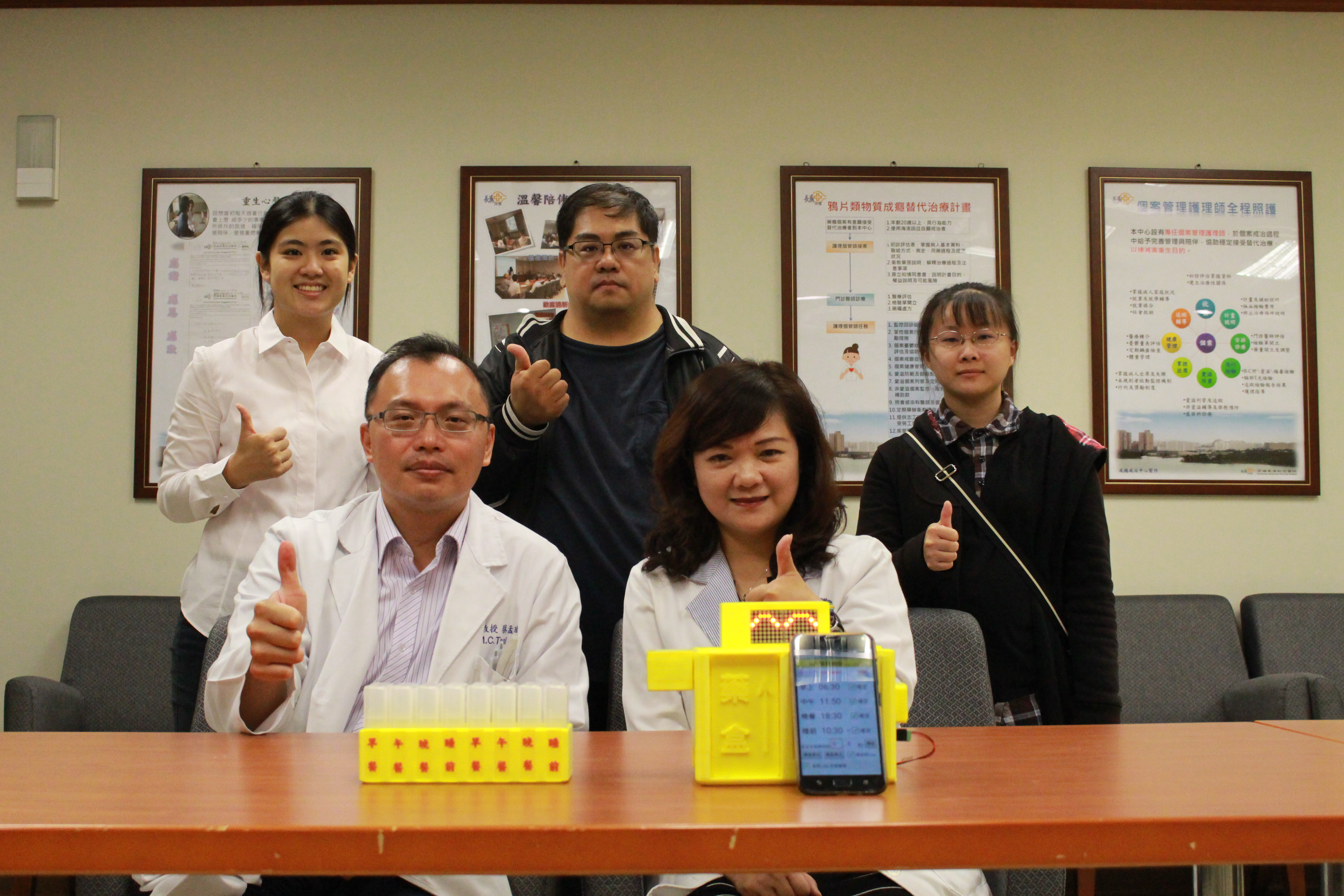 高雄長庚醫院與正修科大聯手開發一款「智慧藥盒」,設定好吃藥時間,藥格子就會主動彈出,提醒長輩吃藥。